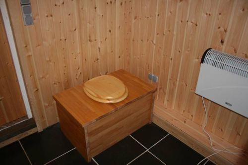 Die Komposttoilette im Bad des Ferienhäuschens