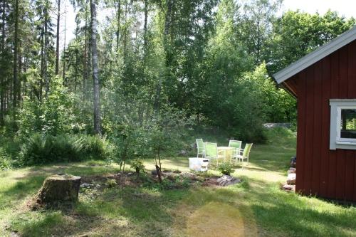 Ferienhäuschen mit Gartenmöbeln