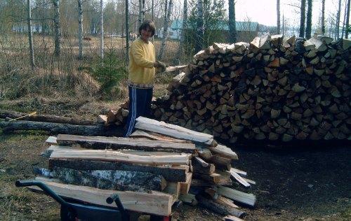 Loretta stapelt Holz